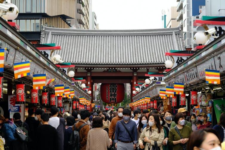 Une foule de visiteurs agglutinés autour du temple Sensoji, dans le quartier populaire d'Asakusa à Tokyo, on octobre 2020